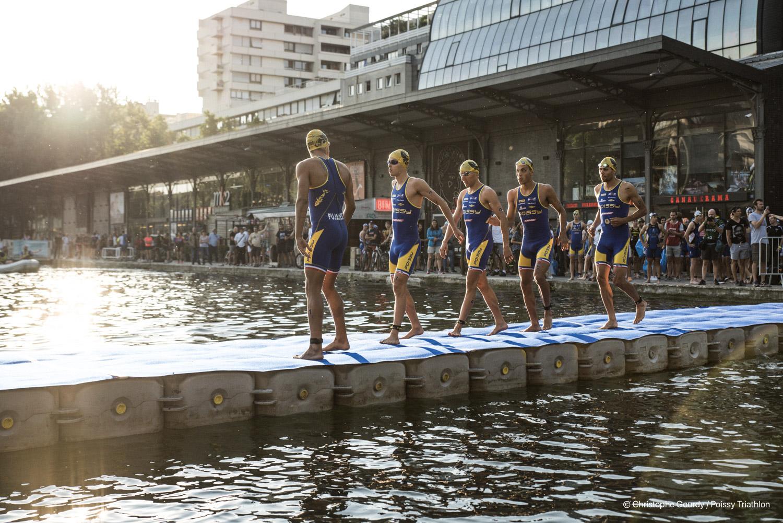 Hommes sur le ponton au départ du triathlon de Paris